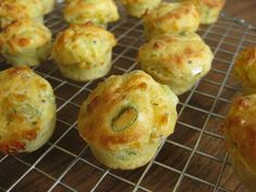 Excellent-eten.nl: Hartige muffins met kruidenkaas en bosui Party Food And Drinks, Snacks Für Party, Tapas, Savory Cupcakes, Good Food, Yummy Food, Savoury Baking, Small Meals, Happy Foods