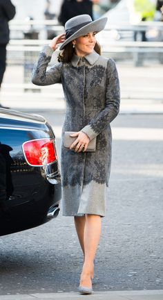 Kate Middleton looked chic in a monochromatic grey look, featuring an Erdem coat with eye-catching lace details, a wide-brimmed hat and velvet pumps as the royals attended the Commonwealth Day service in the year of the Queen's birthday. Kate Middleton Outfits, Kate Middleton Queen, Looks Kate Middleton, Estilo Kate Middleton, Princesa Kate Middleton, Kate Middleton Fashion, Pantyhosed Legs, Herzogin Von Cambridge, Estilo Fashion