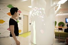 Tree of Life is installed in the amusement care of pediatric cancer ward of Severance Hospital Cancer Center, is an interactive installation work for children. Video display going to create a branch tree usually, when the child approaches you can see the silhouette of a tree and fell from the sky, it has been created so that you can hold in your hands a variety of shaped object