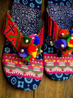 Ethnic colors / Flower Hmong's hand-stitched sandals.