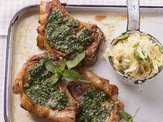 Koteletts mit Pestokruste und Bandnudeln ist ein Rezept mit frischen Zutaten aus der Kategorie Schwein. Probieren Sie dieses und weitere Rezepte von EAT SMARTER!