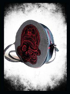 Kulatá kabelka s muertou. Extravagantní, originální kabelka z černobílé drobné kostičky, kombinace černé a červené. Popruh u kabelky je regulovatelný. Rockabilly, Rock Style