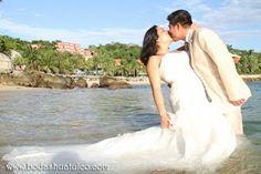 Utiliza tu vestido en un romántico y divertido Trash the Dress ideal para tu boda en playa por Bodas Huatulco