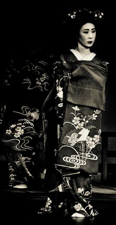 [detail 2 of 3] On stage in Kyoto, Japan, long sleeves forward.  June 21, 2009.  Photography by Stephane Barbery on Flickr
