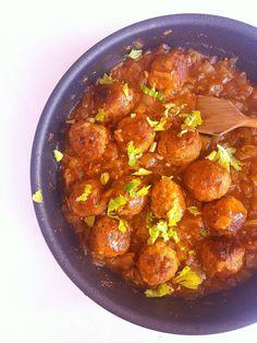 Klopsiki w sosie cebulowym / Meatballs in Onion Gravy Onion Gravy, Curry, Ethnic Recipes, Hot, Essen, Curries