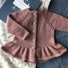 38 trendy ideas for knitting sweaters for children baby coat Knit Baby Dress, Knitted Baby Clothes, Baby Cardigan, Knitting For Kids, Baby Knitting Patterns, Stitch Patterns, Sewing Patterns, Girls Sweaters, Baby Sweaters