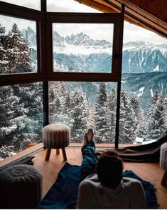 Sitting in an amazing and cozy lodge looking out over the Alps. Would you love … Sitting in an amazing and cozy lodge looking out over the Alps. Winter Cabin, Cozy Cabin, Winter House, Beautiful Homes, Beautiful Places, Cabin In The Woods, Window View, Cozy Place, Belle Photo
