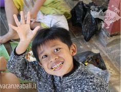 Oggi è la Giornata mondiale del sorriso 😁😁😁 Abbiamo incontrato questo bambino in un tempio e ci ha regalato un'istantanea della sua felicità ❤️ Regala anche tu un sorriso e rendi felice qualcuno oggi! ------------------------------------ Lasciati ispirare su www.vacanzeabali.it e parti per una vacanza indimenticabile! 🌺 🌴 VACANZEABALI.IT: il paradiso a portata di click!