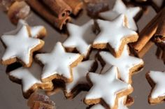 Datlové hvězdičky | Jóga dnes Cookie Cutters, Sweets, Cookies, Baking, Recipes, Food, Advent, Crack Crackers, Good Stocking Stuffers