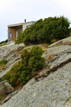 BESKJEDEN: Hytta har en lavmælt stil og glir godt inn i landskapet. English Architecture, New Nordic, House In Nature, Passive House, Country Style Homes, New Homes, Country Roads, House Design, House Styles