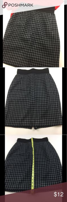 Worthington Petite Skirt l 4P This fabulous belted skirt will accentuate your waist with tuck in styles. This lined skirt is made of 100% polyester. For length and waist measurements see photos. Worthington Skirts Pencil