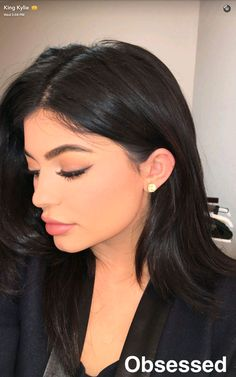 Kylie Jenner showed off a stunning hairstyle, pretty makeup look and sparkling earring on Snapchat.
