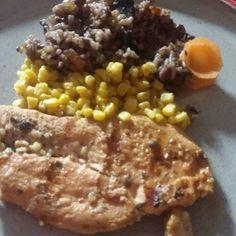 Hora do rango.  Arroz Mix 10 grãos da @vitaoalimentos,  milho refogado e peito de frango grelhado. Dieta pré operatória....