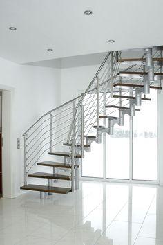 Mittelholmtreppe Monaco Zur Hälfte gewendelt, silber-aluminiumfarbene Mittelholm-Elemente mit Beleuchtungseinheit, Multiplex Buche Stufen endbehandelt und ein Stratos Geländer aus Edelstahl mit mitlaufenden Stäben.