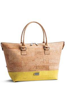 Korktasche natur-gelb. Verwandle deine Handtasche per Knopfdruck in drei verschiedene Grössen! Die konvertiblen Produkte von Artipel überraschen mit kreativen Mustern sowie leuchtenden Farben. Erhältlich als Tasche oder Rucksack aus Kork. Abnehmbarer Trageriemen. Natürlicher Kork! Jetzt kaufen: www.korkeria.ch   #korktasche #korkprodukt #artipel #natürlichemode Tote Bag, Bags, Fashion, Cool Patterns, Vibrant Colors, Yellow, Products, Handbags, Nature
