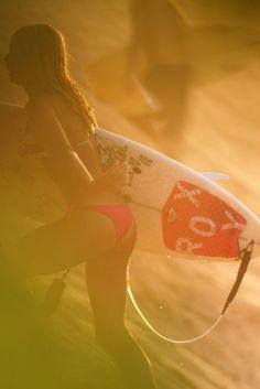 Surf babe in the setting sun. Surf Girls, Beach Girls, Beach Bum, Summer Girls, Summer Beach, Beach Volleyball, Mountain Biking, Female Surfers, Soul Surfer