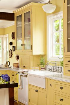 Maybe yellow cabinets? memories of Babcia's kitchen Tori Hemingson California Bungalow - California Decorating Ideas - Country Living Yellow Kitchen Designs, Best Kitchen Colors, Kitchen Yellow, Cherry Kitchen, Pale Yellow Kitchens, Kitchen Colour Ideas Yellow, Kitchens With Color, Kitchen Color Schemes, Yellow Country Kitchens