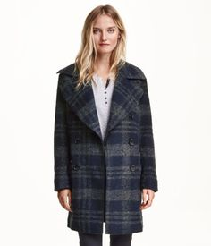 Double-breasted coat in a lightly felted wool blend with wide lapels, handwarmer pockets and welt pockets at the front. Lined.