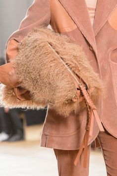 The hottest bag and purse trends from the fall 2017 runways. Catwalk Fashion, Fashion 2017, Fashion Tips, The Embrace, Bags 2017, Classic Handbags, Global Style, Big Bags, Her Style