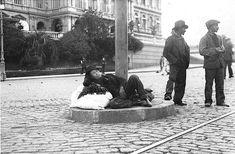 1922. Inmigrantes italianos aguardan frente a la Casa Rosada, en la explanada hacia Paseo Colón, para ser trasladados al Hotel de los Inmigrantes donde los alojaban. (Archivo La Razón)