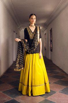 backless wedding dress with buttons Indian Fashion Dresses, Indian Designer Outfits, Designer Dresses, Fashion Outfits, Indian Skirt, Dress Indian Style, Indian Wedding Outfits, Indian Outfits, Wedding Dresses