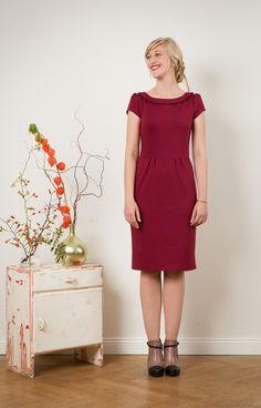 Schlichte Eleganz!  Ein fabelhaftes Kleid aus etwas dickerem Jerseystoff in bordeaux, mit  kleinen, leicht gepufften Flügelärmeln. Besonders elegant ist der feine umgeschlagene Kragen. Der schmale...