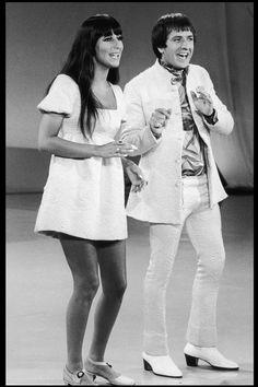 la tendencia blanco y negro en clave 60's con shopping e imágenes de la época… Mick Jagger, Woody Allen, Black Power, Beatles, Cher Bono, I Got You Babe, Old Tv Shows, Classic Tv, Classic Cars