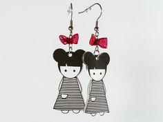 Boucles d'oreilles en plastique fou - poupées avec deux couettes et une robe à rayures. Par Naïas.
