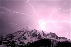 Photographer captures amazing lightning strike over Mt. Rainier