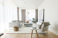 ナチュラルな木目とグレイッシュなペールカラーのインテリアに合わせたワームグレーのカーテンが、お部屋をやさしく包み込むようです。