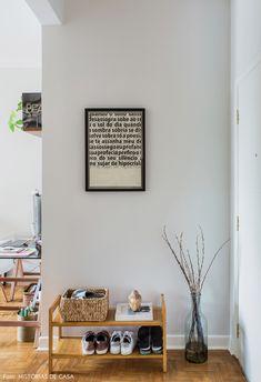 Hall de entrada tem sapateira de madeira Home Design Decor, House Design, Home Decor, Bedroom Wall Colors, Bedroom Decor, Design Hall, Coffee Bar Home, Hygge Home, Entry Hall