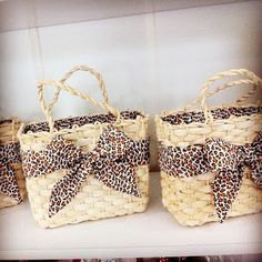 ATELIE DE IDEIA: bolsa palha customizada Handmade Handbags, Handmade Bags, Artist Bag, Lace Bag, Sewing Stuffed Animals, Bags For Teens, Diy Tote Bag, Diy Handbag, Basket Bag