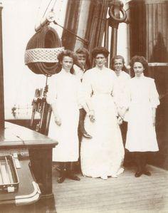 Tsarina Alexandra Feodorovna com suas filhas as Grand Duchess Olga Nikolaevna, Anastasia Nikolaevna, Marie Nikolaevna e Tatiana Nikolaevna, no Imperial Yacht Standart, em 1910.