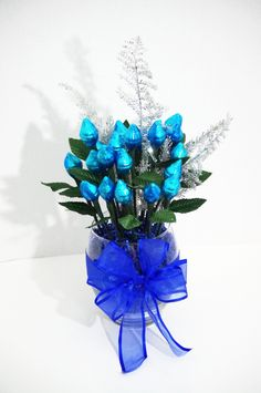 24 Roses made from 48 milk chocolate Hershey Kisses. 2 Hershey Kisses are wrapped together to form a beautiful blue rose. Roses are arranged in a medium glass vase with a blue bow. Candy Arrangements, Candy Centerpieces, Candy Decorations, Chocolate Flowers, Chocolate Bouquet, Gift Bouquet, Candy Bouquet, Valentine Bouquet, Valentine Gifts