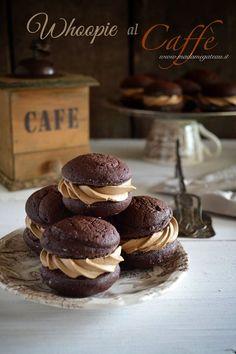 Ecco i Whoopie al caffè! Avete voglia di un dolcino dalla consistenza a metà tra una torta e un cookie, farcito da una goduriosa crema al burro che sa di caffè?