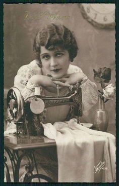 Retro Sewing Lady and Sewing Machine Original Vintage Old Antique Photo Postcard Images Vintage, Photo Vintage, Vintage Pictures, Vintage Cards, Vintage Postcards, Photo Postcards, Vintage Style, Antique Sewing Machines, Vintage Sewing Patterns
