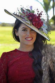 El fin de semana pasado estuve de boda.   Cada vez es más frecuente acudir a bodas invernales, ésta era ya mi ... Wedding Hats, Headpiece Wedding, Fascinator Hats, Fascinators, Headpieces, Run For The Roses, Kentucky Derby Hats, Fancy Hats, Wedding Hair Styles