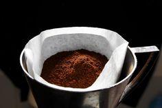 Borras de café  Confira 14 dicas para a reutilização de borras de café em sua casa  Prejudicial ao meio ambiente se jogado no lixo, o pó de café usado pode servir de esfoliante para o corpo, pesticida para o jardim e até tratamento contra as celulites