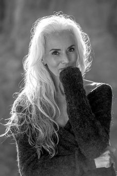 Old International Model, Yazemeenah Rossi, Is Proof That Aging Means Active And Beautiful Long Gray Hair, Silver Grey Hair, Sexy Older Women, Old Women, Long Hair For Older Women, Grey Hair Model, Yasmina Rossi, Silver Haired Beauties, Hair And Makeup Tips