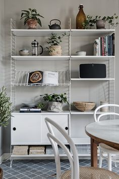Image may contain: table and indoor Tv Shelving, Bookshelf Storage, Shelves, Beautiful Interior Design, Interior Design Inspiration, String Regal, String Shelf, Shelf Design, Minimalist Living