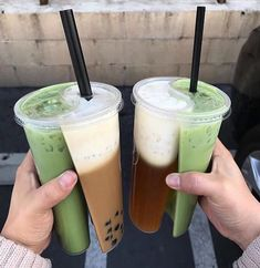 Perfect for those days when you're extra indecisive 😁🍵🥤 Iced matcha latte in a split cup - 📸: Think Food, I Love Food, Good Food, Yummy Food, Comida Picnic, Bebidas Do Starbucks, Food Goals, Cafe Food, Bubble Tea