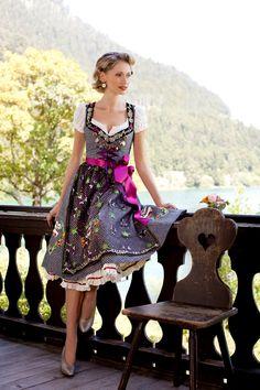 Lola Paltinger Dirndl, opulent bestickt mit Glitzerschürze und rosa Schürzenband
