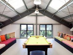 Pokój rozrywki ze stołem bilardowym,super do tego jeszcze jakiś rowerek albo stół do pin ponga,stolik do pokera...
