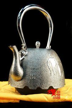 Tetsubin: è il nome giapponese della teiera in ghisa che in origine erano dei bollitori d'acqua utilizzati nella cerimonia del tè. Nel corso dei secoli la loro produzione si è evoluta e oggi sono disponibili in un'infinità di modelli, colori e design. Le teiere in ghisa che trovate nei negozi di Chinatown molto probabilmente non sono tetsubin: per essere tetsubin devono essere interamente made in Japan.
