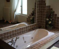 Salle de bains blanc classique  maison de campagne // http://www.deco.fr/photo-deco/decoration-maison-avec-jardin-campagne-moderne-050-3756336.html