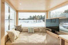 Móveis multiuso, como a cama-sofá, e o armazenamento inteligente, como a TV escondida e os nichos embaixo da cama, fazem parte do projeto