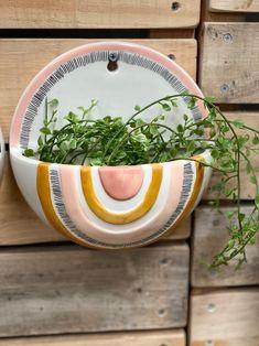 Ceramic Wall Planters, Ceramic Flowers, Ceramic Planters, Ceramica Artistica Ideas, Cerámica Ideas, Keramik Design, Pottery Painting Designs, Pottery Sculpture, Ceramics Projects