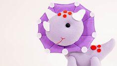 Lindas Peças com Tema de Dinossauros em Feltro - Escola de Feltro Hello Kitty, Fictional Characters, Felt Dolls, Fabric Dolls, Dinosaurs, Pintura, Fantasy Characters