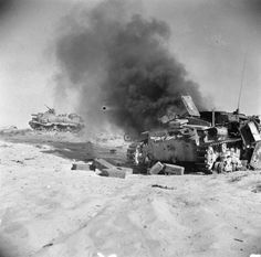 BRITISH ARMY NORTH AFRICA 1942 (E 19141)   Wrecked Italian M13 or M14 tank
