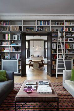 Интерьер гостиной для любителей книг.